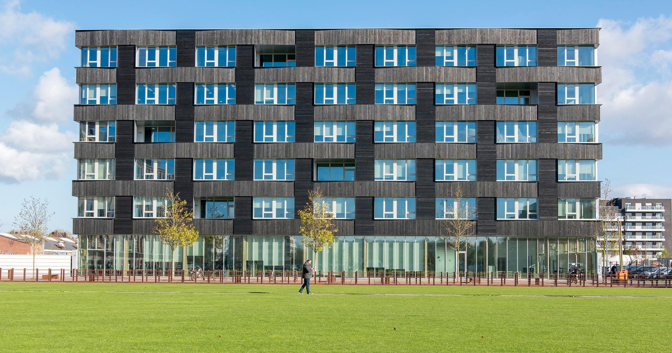 Un Immeuble Recouvert De Bois Brûlé Accoya Abrite L'expansion De L'entreprise Ibm À Lille